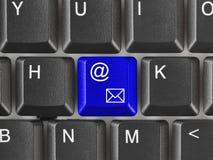 Teclado de ordenador con llave del email Fotografía de archivo