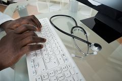 Teclado de ordenador del doctor Hands Typing On Imagen de archivo libre de regalías