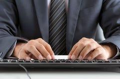 Teclado de ordenador del hombre de negocios que mecanografía Imagen de archivo libre de regalías
