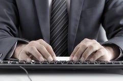 Teclado de ordenador del hombre de negocios que mecanografía Fotos de archivo