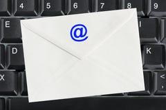 Teclado de ordenador y carta del email Foto de archivo
