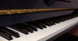 Teclado de piano, baixo ângulo, foco seletivo Imagens de Stock