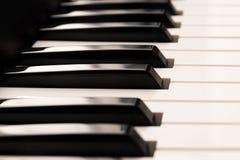 Teclado de piano de cola clásico, cierre para arriba del negro brillante y Fotos de archivo libres de regalías