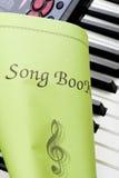 Teclado de piano con cierre del libro de la canción para arriba Imagenes de archivo