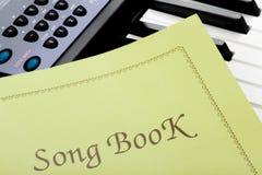 Teclado de piano con el libro de la canción Fotos de archivo libres de regalías