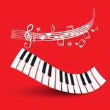 Teclado de piano con el personal en fondo rojo Foto de archivo libre de regalías