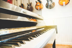Teclado de piano con la tierra de la parte posterior de la guitarra imagenes de archivo