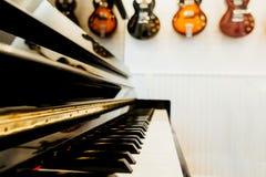 Teclado de piano con la tierra de la parte posterior de la guitarra imagen de archivo