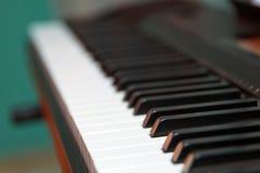 Teclado de piano electrónico del sintetizador aislado en el fondo blanco con la trayectoria de recortes Foto de archivo