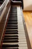 Teclado de piano ereto de madeira velho fotografia de stock royalty free