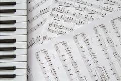 Teclado de piano no fundo das música-notas imagens de stock royalty free
