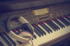Teclado de piano y auriculares Fotografía de archivo libre de regalías