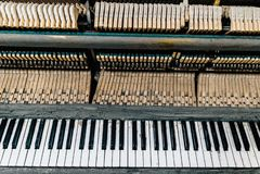 Teclado de um piano velho fotografia de stock