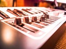 Teclado de um sintetizador com slideres Foto de Stock Royalty Free