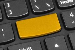 Teclado del cuaderno del ordenador con llave amarilla en blanco Fotografía de archivo libre de regalías