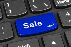 Teclado del cuaderno del ordenador con llave de la venta Fotos de archivo libres de regalías