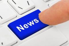 Teclado del cuaderno del ordenador con llave de las noticias Imágenes de archivo libres de regalías