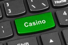 Teclado del cuaderno del ordenador con llave del casino Fotos de archivo libres de regalías