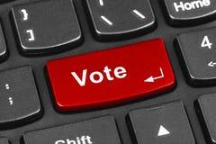 Teclado del cuaderno del ordenador con llave del voto Foto de archivo libre de regalías