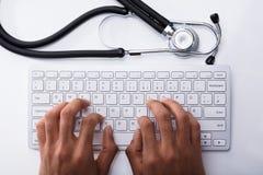 Teclado del doctor Typing On Computer fotografía de archivo