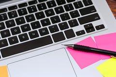 Teclado del ordenador portátil con las notas pegajosas Foto de archivo libre de regalías