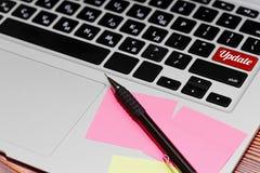 Teclado del ordenador portátil - concepto de la actualización de software imágenes de archivo libres de regalías