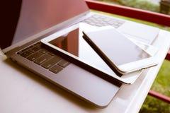 Teclado del ordenador portátil de los dispositivos electrónicos del ordenador, tableta y s moderno fotos de archivo libres de regalías