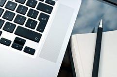 Teclado del ordenador portátil del primer con el Libro Blanco Fotografía de archivo libre de regalías
