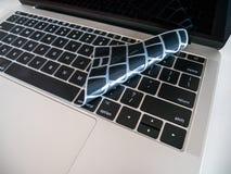 Teclado del ordenador portátil protegido con la cubierta del protector del teclado para el ordenador portátil fotografía de archivo