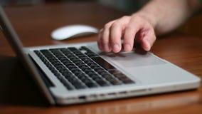 Teclado del ratón y ordenador portátil de TrackPad almacen de metraje de vídeo