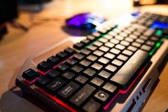 Teclado del videojugador, ratón del videojugador en el fondo borroso fotografía de archivo