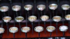 Teclado del vintage en la máquina de escribir Teclado checo Mirada cinemática 4K almacen de metraje de vídeo