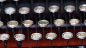 Teclado del vintage en la máquina de escribir Teclado checo Mirada cinemática 4K metrajes