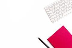 Teclado, diário cor-de-rosa e uma pena preta em um fundo branco Conceito feminino mínimo do negócio Configuração lisa foto de stock royalty free