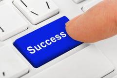 Teclado do caderno do computador com chave do sucesso Fotos de Stock Royalty Free