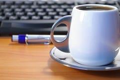 Teclado do café e uma pena fotos de stock