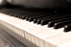 Teclado do Sepia do piano velho imagem de stock royalty free