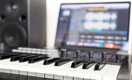 Teclado do sintetizador que encontra-se no estúdio da música foto de stock royalty free