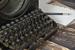 Teclado do vintage da máquina da escrita com pena Fotos de Stock Royalty Free