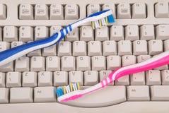 Teclado e escovas de dentes de computador Imagem de Stock Royalty Free