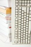 Teclado e livro de computador foto de stock