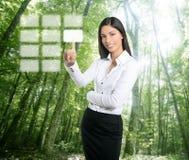 Teclado ecológico triguenho do toque da mulher de negócios Imagem de Stock