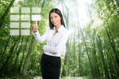 Teclado ecológico triguenho do toque da mulher de negócios Fotografia de Stock Royalty Free