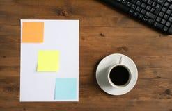 Teclado, etiquetas engomadas coloreadas y taza de café Fotos de archivo libres de regalías