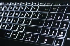 Teclado iluminado Luz branca no teclado do portátil foto de stock royalty free