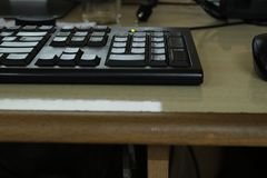 Teclado negro en escritorio del trabajo Fotografía de archivo