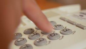 Teclado numérico discado dos números do dedo do close up do telefone da linha terrestre vídeos de arquivo