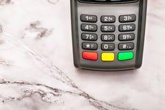 Teclado num?rico cinzento da posi??o terminal do pagamento sem contato na tabela de m?rmore, fundo, espa?o da c?pia imagens de stock