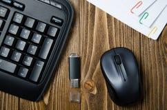 Teclado, pluma, ratón, en la tabla Foto de archivo libre de regalías