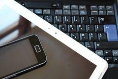 Teclado preto, smartphone e PC branco da tabuleta Fotografia de Stock
